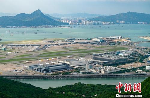香港机场管理局1月13日公布,香港国际机场2018年交通量录得持续增长,机场客运量、飞机起降量及货运总量三项航空交通量均创下年度新高。数据显示,2018年,香港国际机场机场客运量为7470万人次,飞机起降量达427725架次,分别按年上升2.5%及1.7%。货运总量亦同比增加1.5%至510万公吨。图为香港国际机场。<a target='_blank'  data-cke-saved-href='http://www.chinanews.com/' href='http://www.chinanews.com/'><p  align=