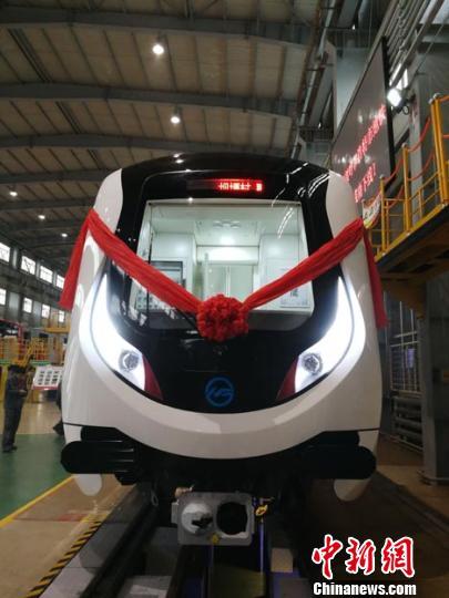 内蒙古首条地铁线路首列车在长春下线。