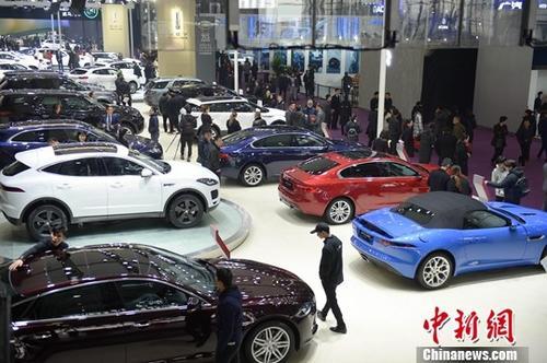 """12月12日,众多市民前来观看新款的汽车。当日,2018第十四届中国(长沙)国际汽车博览会在长沙开幕,自动驾驶、人工智能、增程技术等充满科技元素的""""全新""""汽车成为新宠。<a target='_blank'  data-cke-saved-href='http://www.chinanews.com.educorrea.com/' href='http://www.chinanews.com.educorrea.com/'><p  align="""