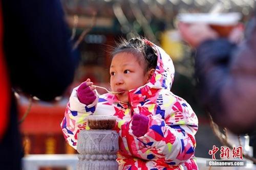 资料图:腊八节,大批的北京民众赶往北京京西古刹潭柘寺争喝腊八粥。<a target='_blank'  data-cke-saved-href='http://www.chinanews.com/' href='http://www.chinanews.com/'><p  align=