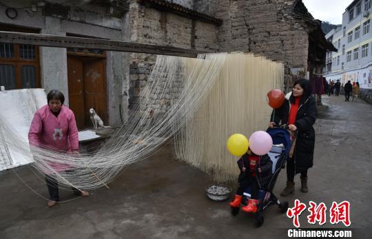 图为:村民正在抻索面 范宇斌 摄