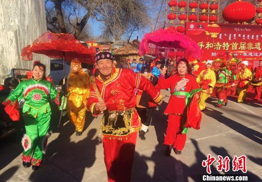 """内蒙古""""非遗过大年""""中外游客感受传统中国年"""