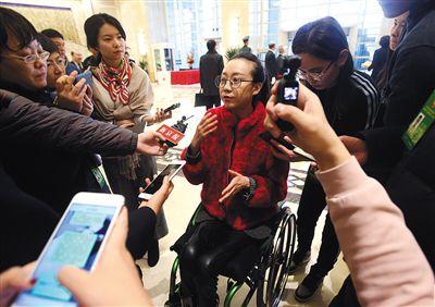 北京市政协委员:调整中小学生桌椅高度是当务之急