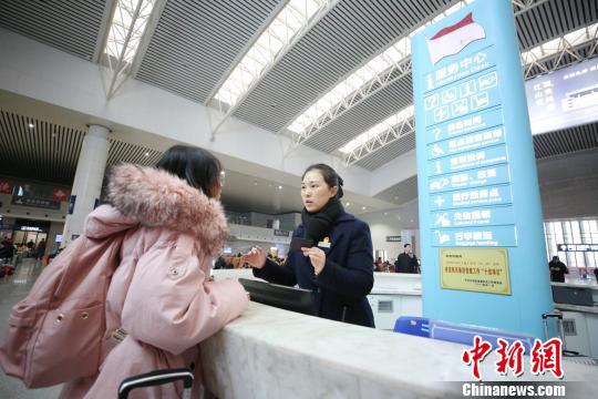 图为南昌车站红土情服务台工作人员正在为学生旅客服务。 张杰 摄