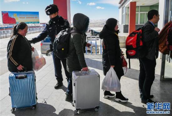 (社会)(3)西藏高海拔火车站出行忙