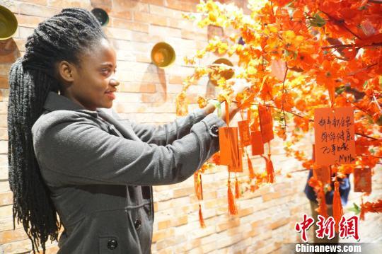 喝粥、投壶、祈福外国友人提前感知中国年