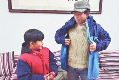小学生为学校园丁师傅穿上冬衣