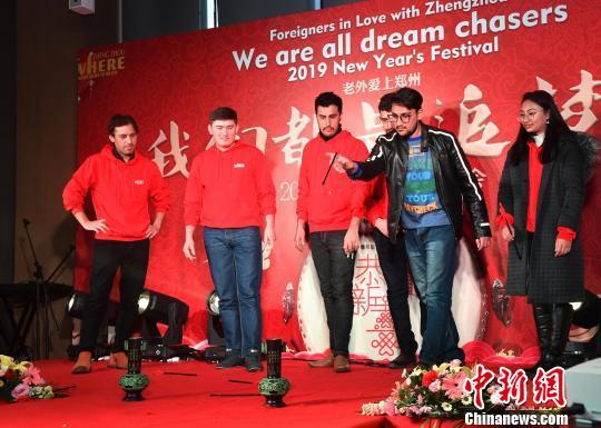 图为外国友人体验中国传统游戏投壶。 丁友明 摄