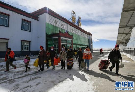 (社会)(2)西藏高海拔火车站出行忙