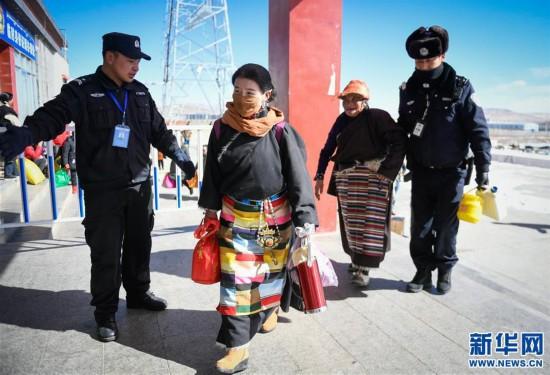 (社会)(1)西藏高海拔火车站出行忙