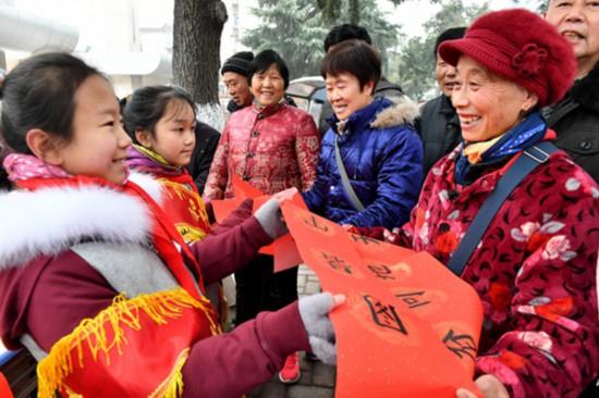 春节将至 合肥和平小学小志愿者为市民写春联送祝福