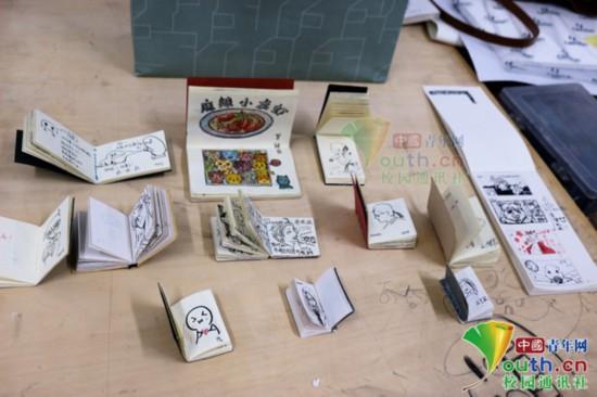艺术专业老师上课让学生画自画像签到:旷课学生减少