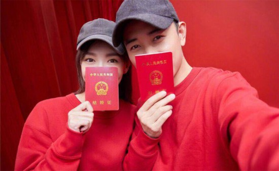 唐嫣罗晋齐聚北京台春晚 甜甜蜜蜜合体发糖
