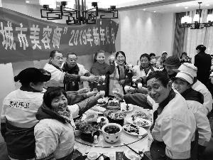 苏州一名志愿者连续三年请环卫工吃年夜饭