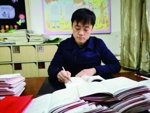 """泰州兴化一老师给学生写""""藏名诗评语""""刷爆朋友圈"""
