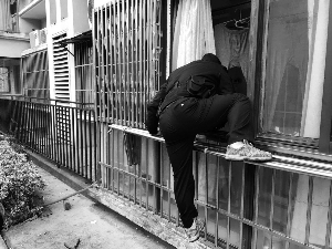 镇江老人突发心脏病 民警钻窗入室救助