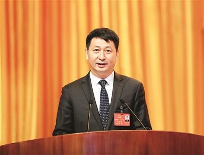 刘吉向大会作《政府工作报告》。