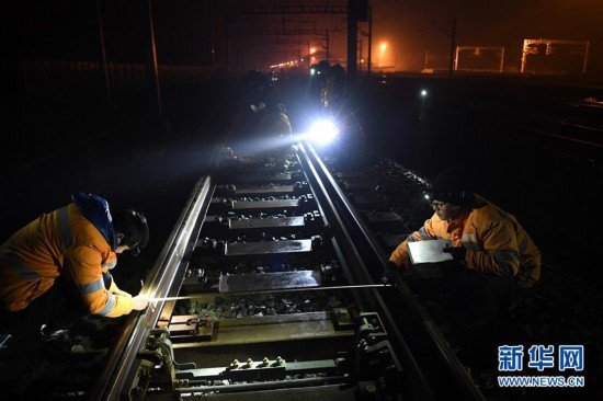 (图片故事)(1)寒夜里的高铁守护者