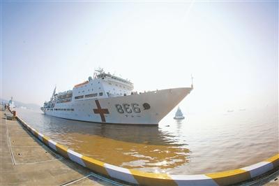 1月18日上午,和平方舟医院船驶抵舟山某军港。吴炜权摄