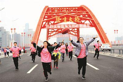 市民奔跑在隆生大桥上。  本报记者王建桥 摄