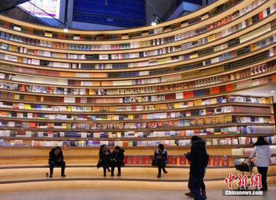 高颜值书店亮相呼和浩特 360度环形书墙吸引市民