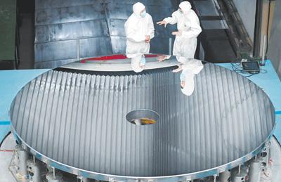 圖為我國研制的4米大口徑碳化硅非球面光學反射鏡,標志著我國相關制造技術水平已經躋身國際先進行列。    新華社記者 許 暢攝