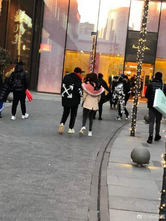 网友三里屯偶遇王思聪 携女伴逛街两人热聊