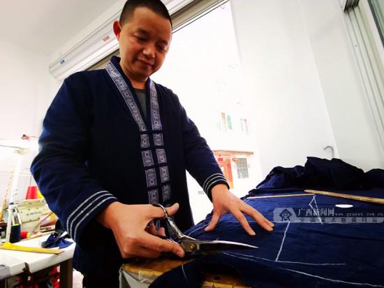 腊八穿新衣 环江毛南族群众盛装迎佳节(组图)