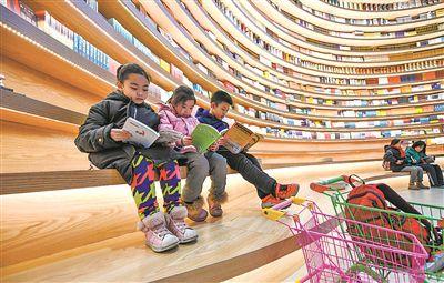 孩子们在青城·阅立方图书阅读广场阅读