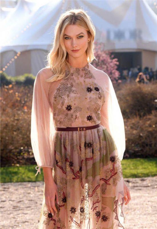 卡莉・克劳斯现身时装周 薄纱透视裙装梦幻唯美