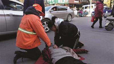 五旬男子突然倒地 扬州温暖女孩口对口做人工呼吸
