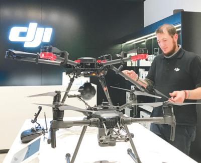 在德国法兰克福的一家大疆无人机体验店里,员工乔纳森正在调试摆放在展示台上的无人机。本报记者 李 强摄