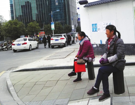 苏州人才市场旁现假证贩子 律师:卖假买假都违法