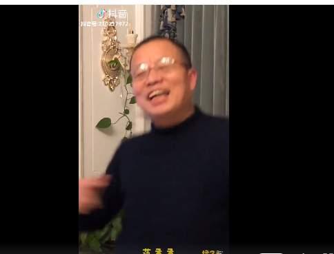 范丞丞惊现大叔粉! 魔性应援声摇摆的舞姿真是太可爱了