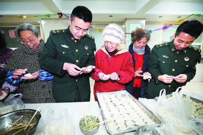 南京一社区居民与干休所军人包饺子迎新春