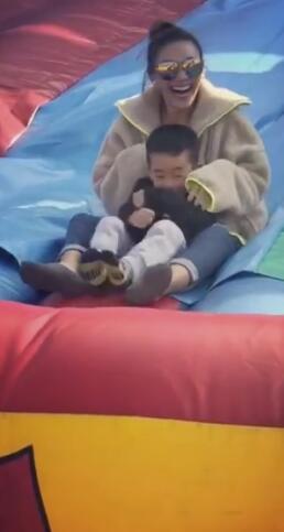 应采儿抱Jasper玩滑梯 母子俩发出阵阵尖叫声