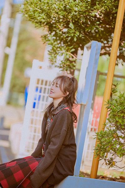 秦岚身穿长衫搭配红黑格子裙 对镜甜笑少女感十足