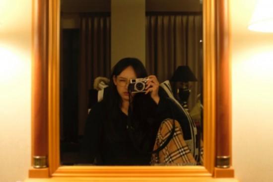 程潇对镜自拍 金框眼镜解锁百变风格
