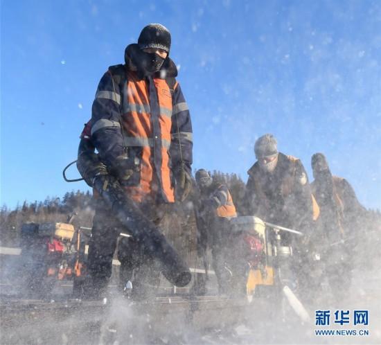 (关注春运)(4)风雪铁路人 坚守保春运