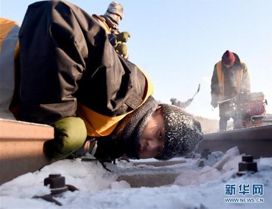 (关注春运)(2)风雪铁路人 坚守保春运