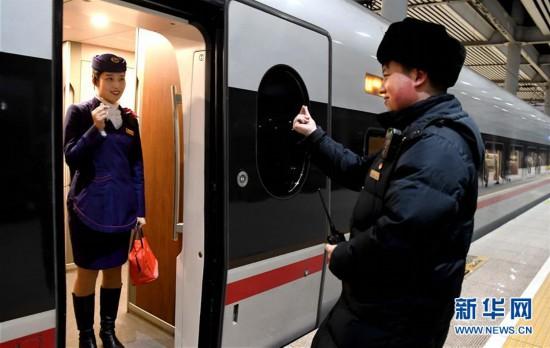 """(新春走基层)(6)站台上两分钟的""""约会"""""""