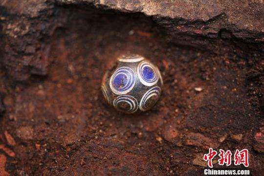 出土的琉璃珠。陕西省考古研究院 供图