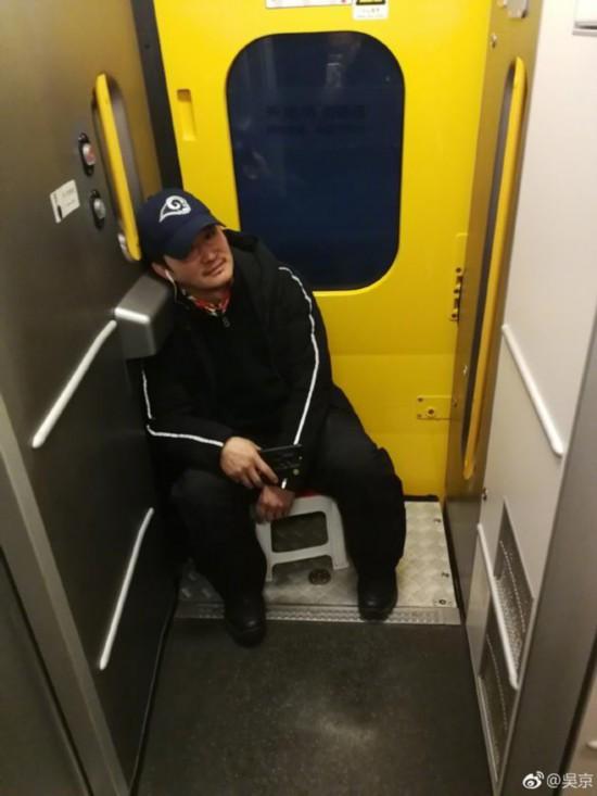 吴京带小板凳坐火车笑翻网友