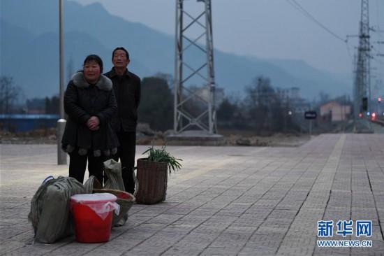 """(新春走基层·图片故事)(3)秦巴山里的""""火车集市"""""""