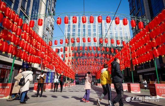 临近春节,济南多处灯笼高挂年味渐浓
