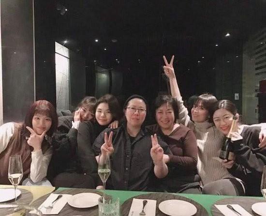 宋慧乔素颜与好友聚会合影清新似少女