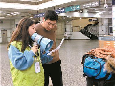 大学生放弃阖家团圆 服务春运在火车上过年
