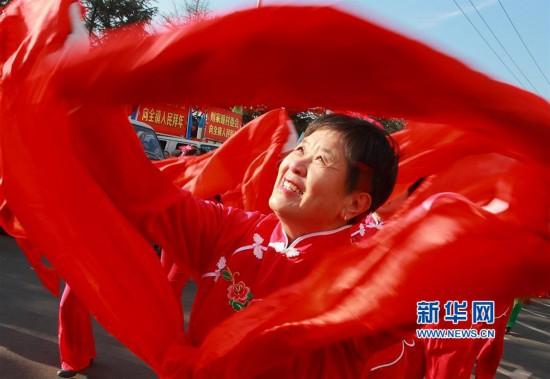 山东威海:锣鼓喧天闹新春 民俗演出年味浓