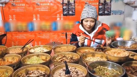刘涛现身南昌街头 小吃店客串老板娘