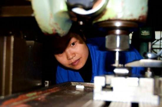 圖為德陽市某民營企業裡一位工人正在觀察設備運行情況。.jpg?x-oss-process=style/w10